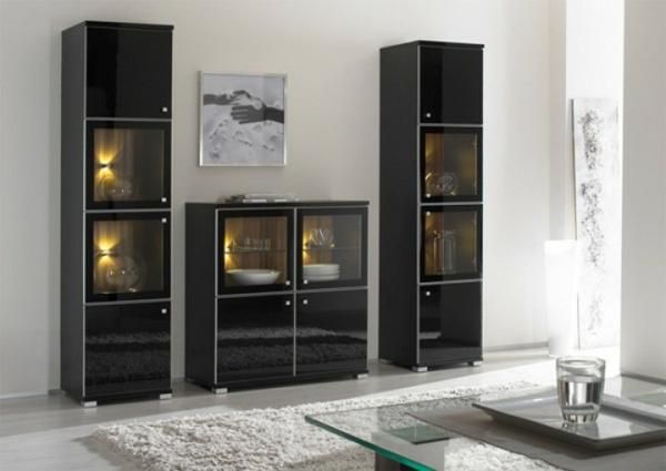 glasvitrine-in-schwarz-im-modernen-wohnzimmer- schön beleuchtet