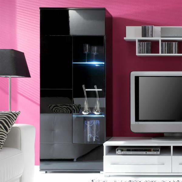 glasvitrine-in-schwarz-im-zimmer-mit-rosigen-wänden- neben einem tv