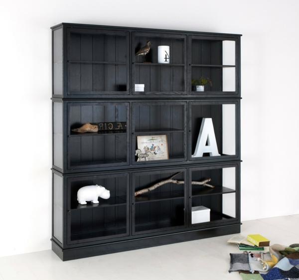 glasvitrine-in-schwarz-modern-aussehen- mit vielen regalen