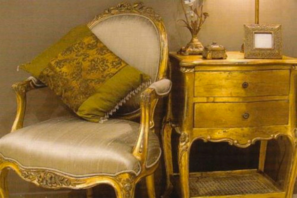 goldene-wandfarbe-franzosisch-mobel