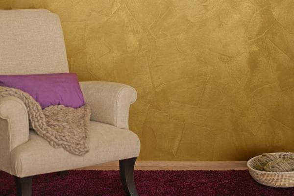 goldene-wandfarbe-sofaßweiss