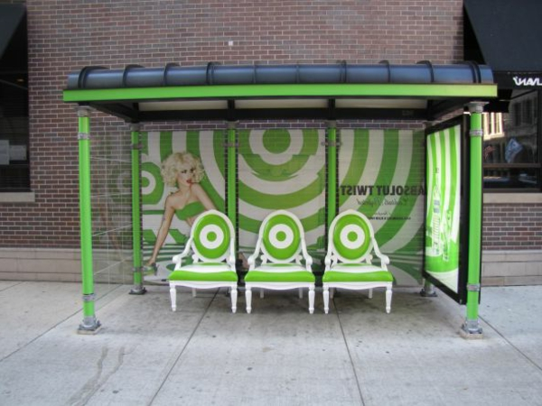 frisch-grüne-originelle-bushaltestelle-mit-stühlen