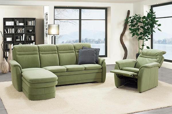 grünes-Sofa-mit-Lounge-Chair-Sessel-Wohnzimmerdesign