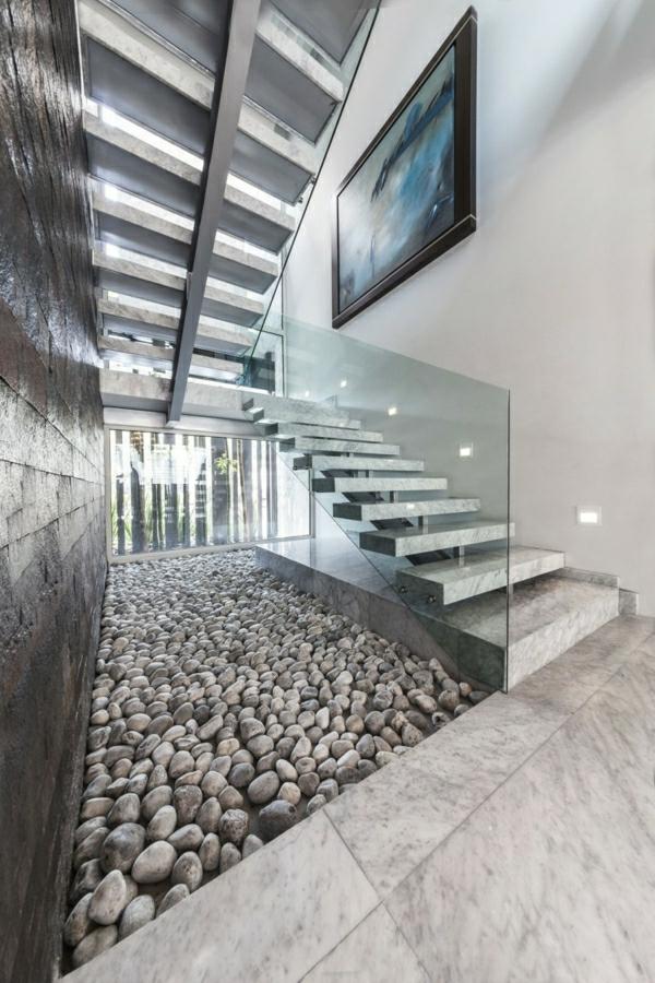 graue-dekosteine-innenraum mit treppen