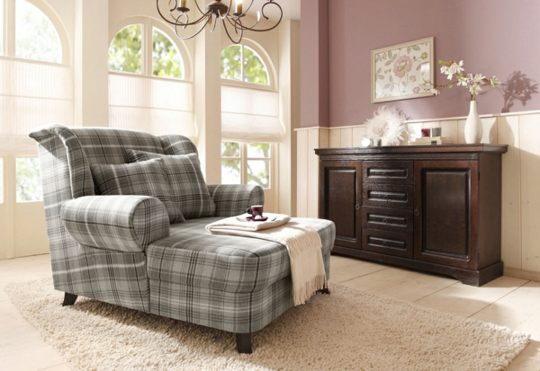 grauer-karierter-Lounge-Chair-Sessel-im-Wohnzimmer