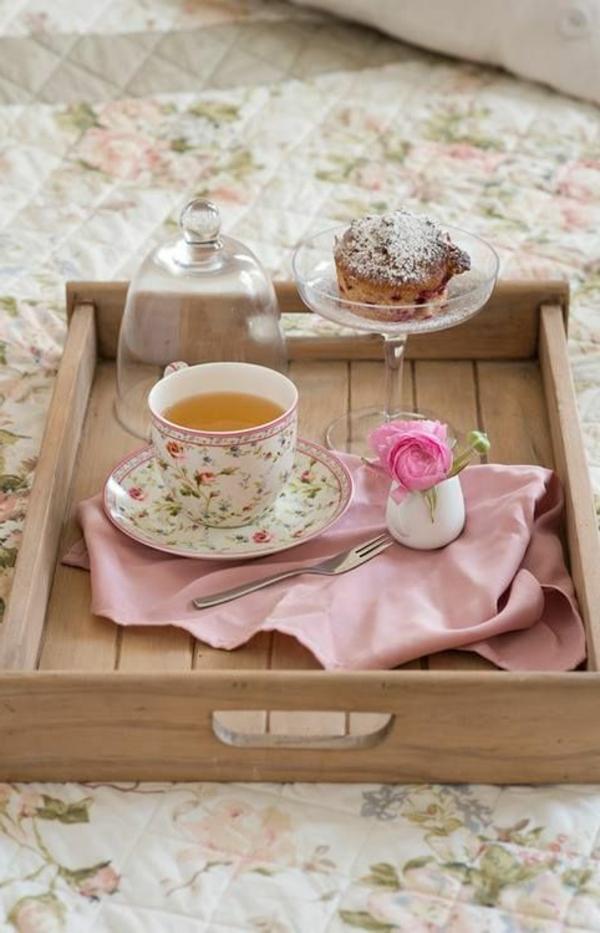 hölzernes-Frühstückstablett-fürs-Bett-Idee