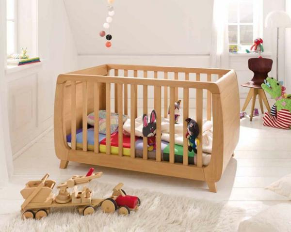hölzernes-babybett-super-aussehen- viele spielzeuge