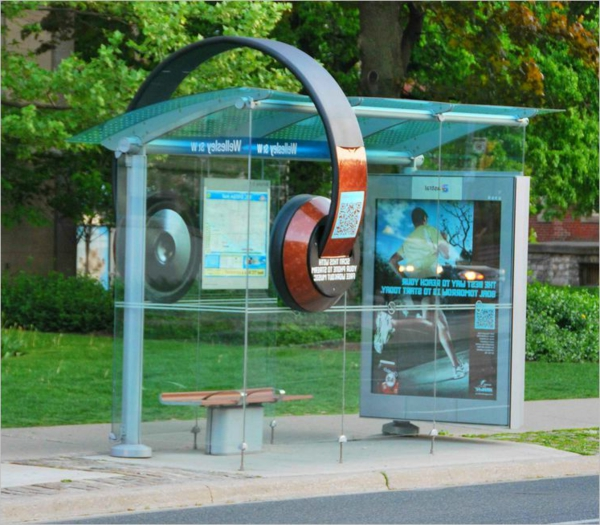 headset-Bushaltestelle-modernes-innovatives-Design-in-der-Stadt