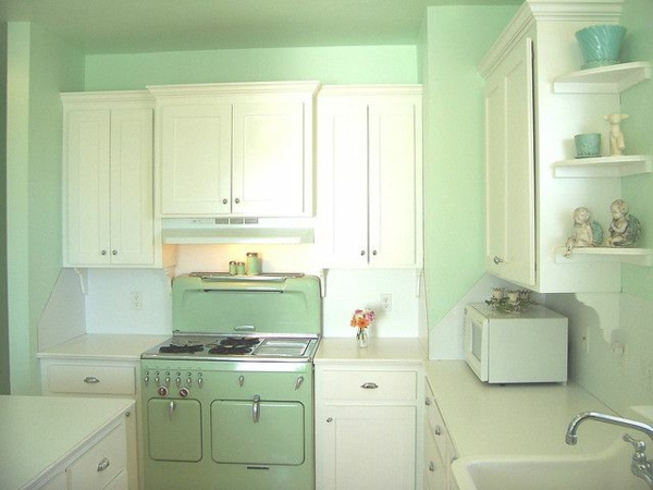 hellgrüne-Küchenmöbel-in-Vintage-Stil-Retro-Look