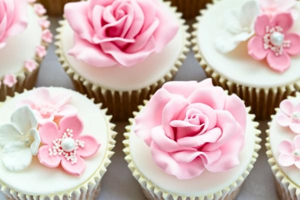 Cupcakes für Hochzeit mit Dekoelementen