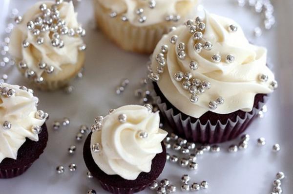 prächtige-hochzeits-cupcakes-mit-zuckerperlen-verzieren