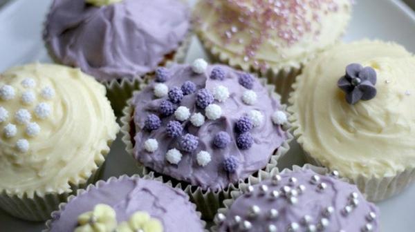 originelle-hochzeitscupcakes-lila-und-weiße-creme
