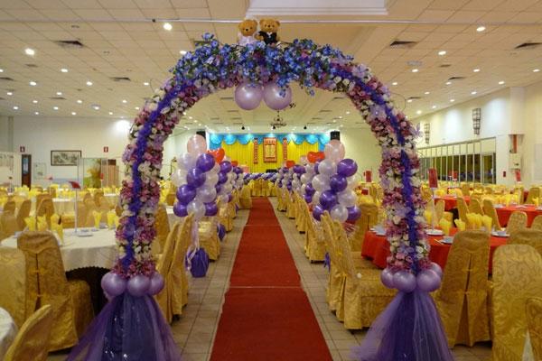 hochzeitsdeko-aus-ballons- große halle dekorieren
