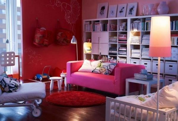 ikea-einrichtungstipps-fürs- wohnzimmer - rosiges soga mit dekokissen