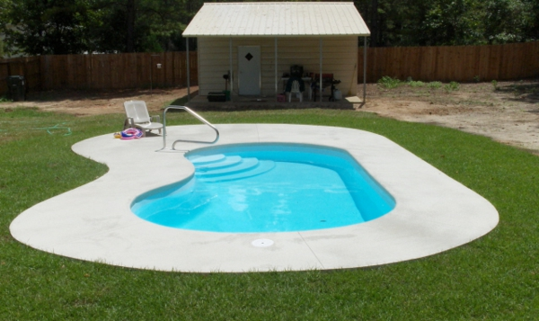 Effektvolle poolgestaltung im garten for Gartengestaltung klein
