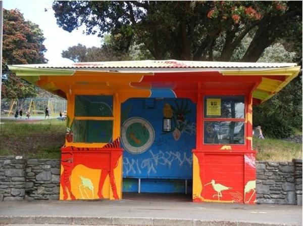kreativ-bemalte-Bushaltestelle-straßenarchitektur