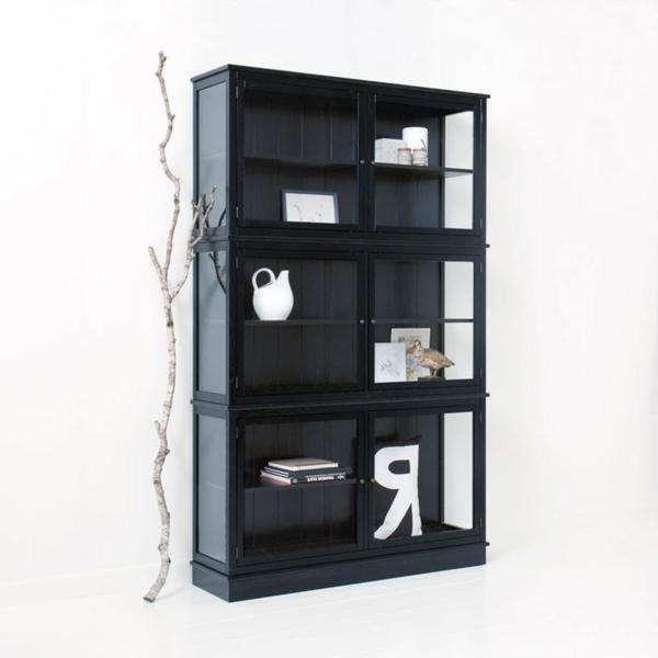 interessant-gestaltete-glasvitrine-in-schwarz- weißer hintergrund