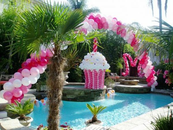 interessante-und-schöne-ballon-deko- auf einem pool