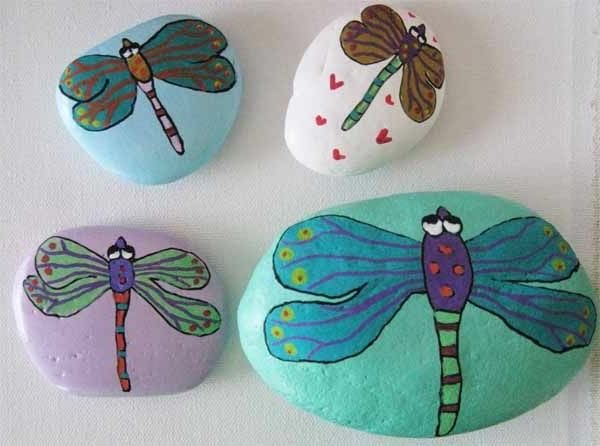 interessante-verzierte- Steine-als-Dekoration-für-den-Garten-Libellen