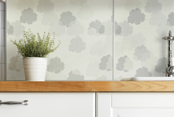 interessante-wandpaneele-für-küche-weiße-farbe-punkten- eine deko pflanze