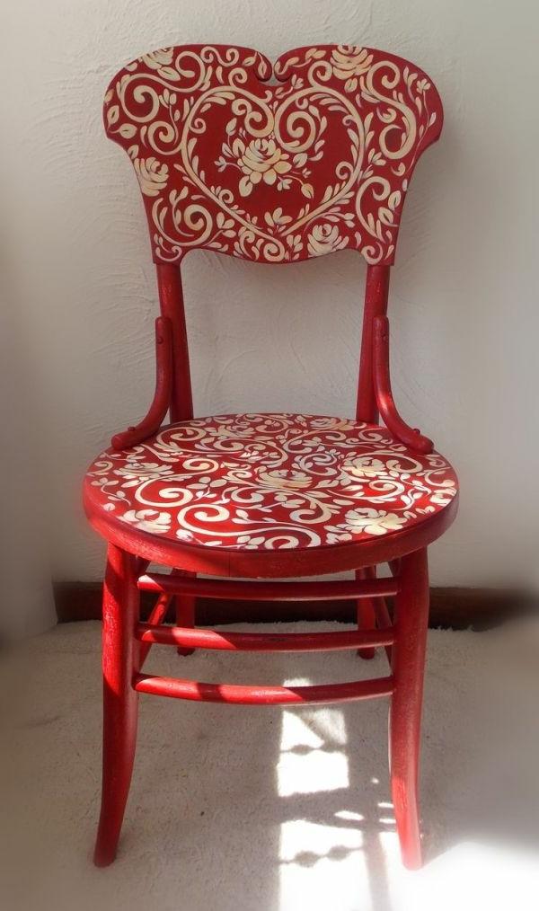 schöner-roter-stuhl-mit-weißen-ornamenten