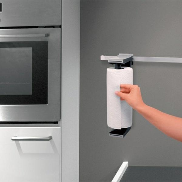 küchenrollenhalter-für-wand-in-grauer-küche
