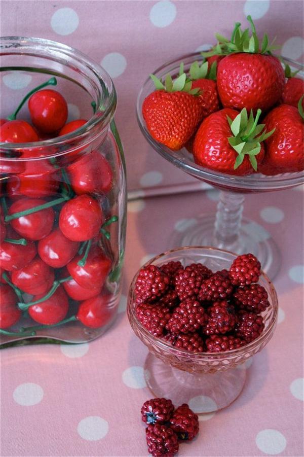 künstliche-Erdbeeren-und-Kirschen-in-Gläser
