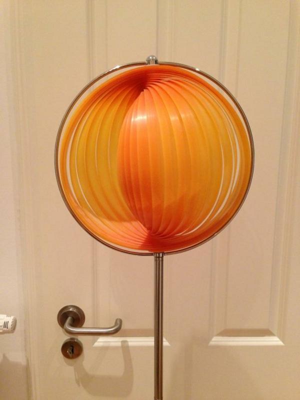retro lampe in orange farbe