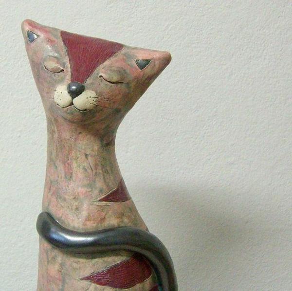 katzenfiguren-aus-keramik-braun