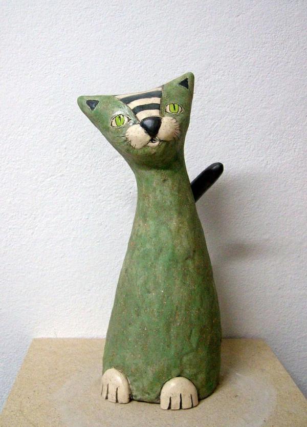 katzenfiguren-aus-keramik-grün