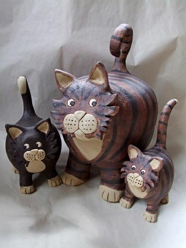 katzenfiguren-aus-keramik-grau