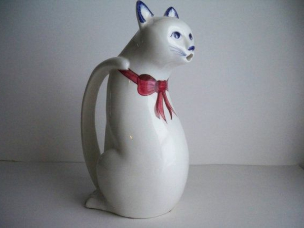 katzenfiguren-aus-keramik-kanne-grau