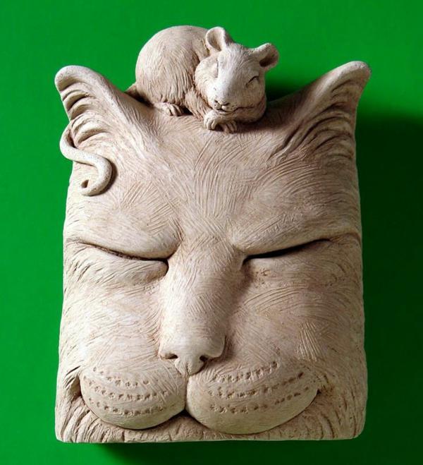 katzenfiguren-aus-keramik-wand-mit-maus