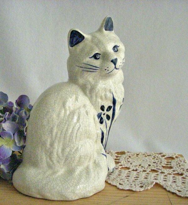 katzenfiguren-aus-keramik-weiß-traurig