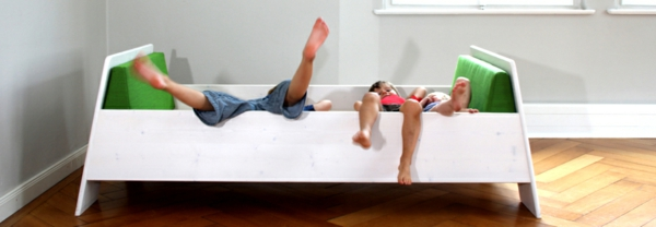kinder-spielen-im-schönen-bett-aus-massivholz- super foto