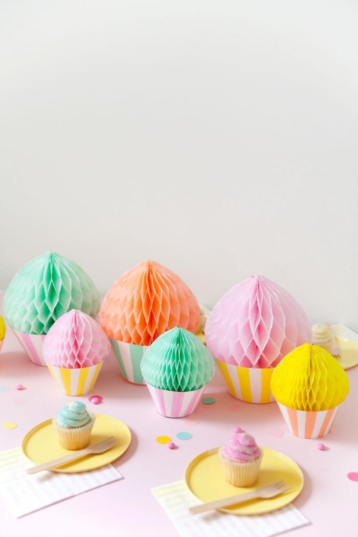 kindergeburtstag deko selber machen, cupcakes aus wabenbällchen, partydekoration in pastellfarben
