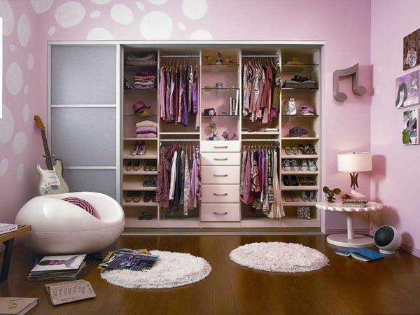 kleine-runde-teppiche-im-kleiderzimmer- mit rosigen wänden