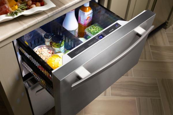 kompakter-Kühlschrank-mit-Schubladen-in-der-Küche
