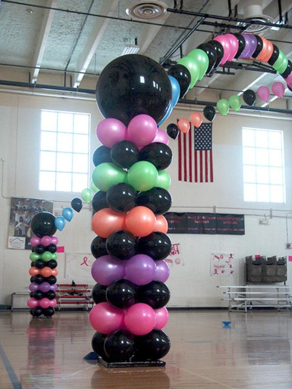 kreative-öballon-deko-mit-schwarzen-motiven- in einer großen halle