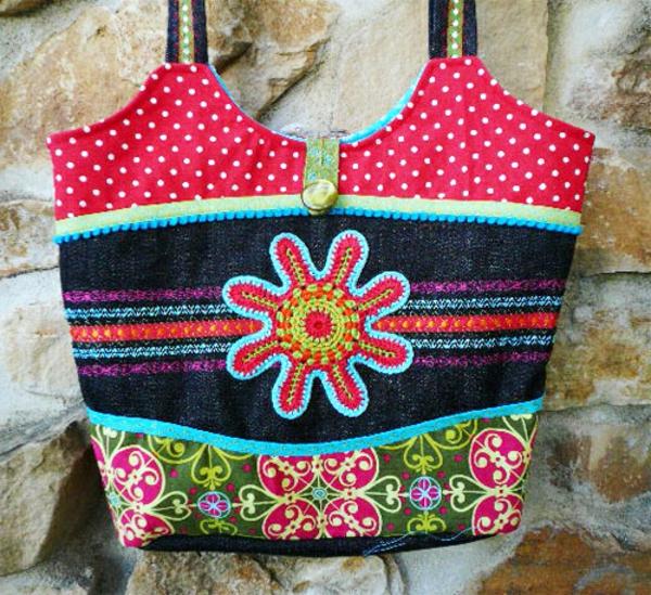 kreatives-nähen-eine-große-und-bunte-handtasche- aufgehängt