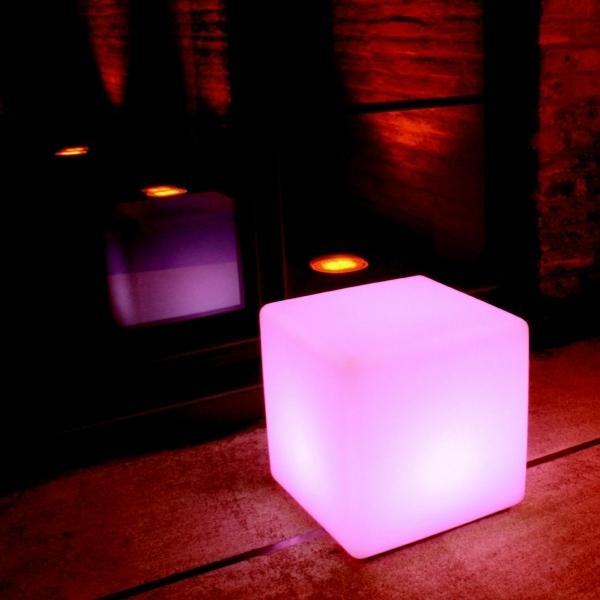 led-gartenbeleuchtung-interessanter-würfel - in rosigen nuancen