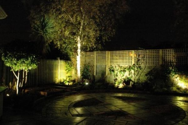 led-gartenbeleuchtung-super-aussehen - super dunkles foto