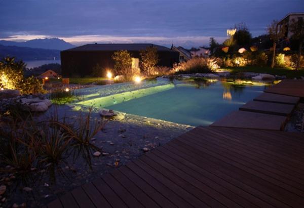 led-gartenbeleuchtung - neben einem pool