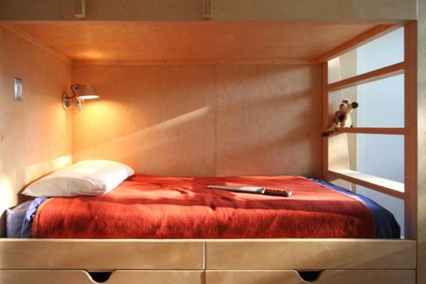 leselampe-für-bett-im-gemütlichen-schlafzimmer - mit roten bettwäschen