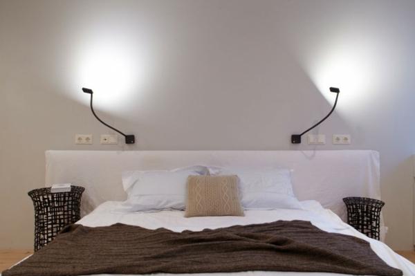 leselampe-für-bett-im-schlafzimmer mit weißen wänden