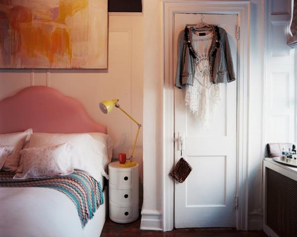 leselampen-fürs-bett-im-gemütlichen-schlafzimmer mit kreativer gestaltung