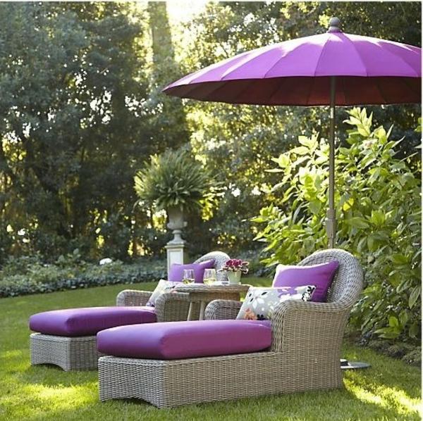 lila-Loungemöbel-für-die-Terrasse-Wohnidee