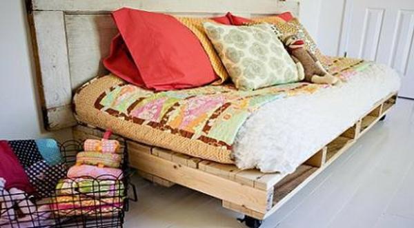 modern-wirkendes-sofa-aus-paletten- viele bunte dekokissen