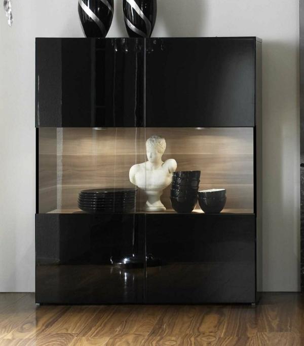 moderne-glasvitrine-in-schwarz- mit dekoartikel drin
