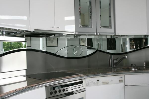 moderne-graue-wandpaneele-für-küche- weiße schränke
